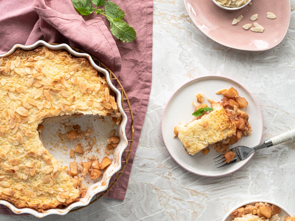 Ryż zapiekany z jabłkami i migdałami w białej formie ceramicznej i na talerzyku- Wszystkiego Słodkiego