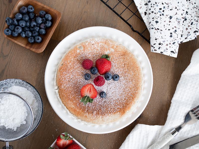 omlet na słodko z owocami na talerzyku - wszystkiego słodkiego