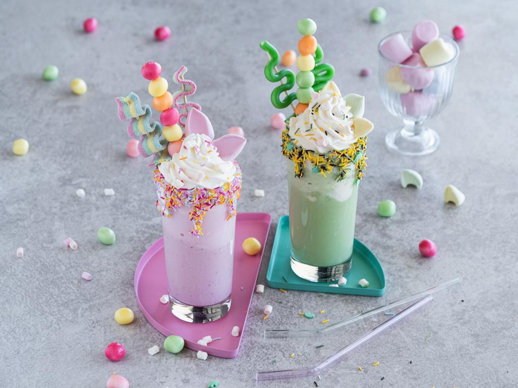 Freakshake - deser dla dzieci z kolorowymi żelkami, posypkami i bitą śmietaną - Wszystkiego Słodkiego