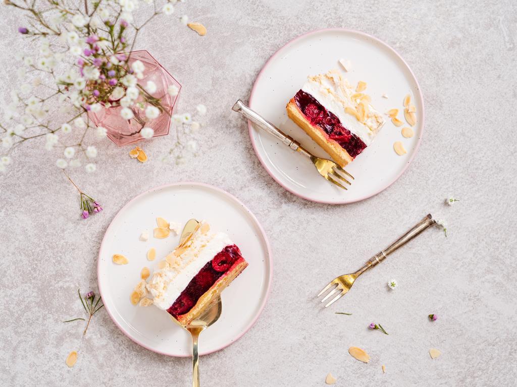 wiśniowa chmurka z galaretką , owocami, kremem i bezą z migdałami - wszystkiego słodkiego